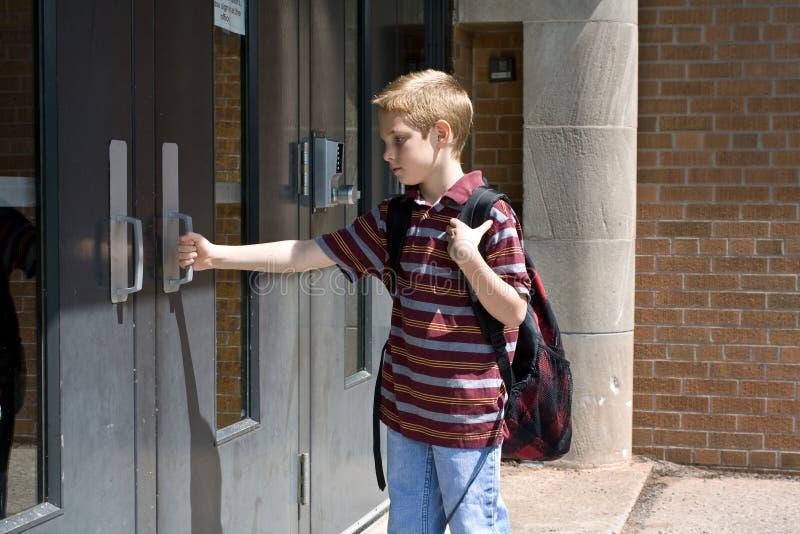 Droevige jongen op de eerste dag van school stock afbeelding