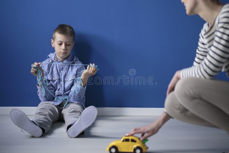 Droevige jongen op de vloer royalty-vrije stock afbeelding