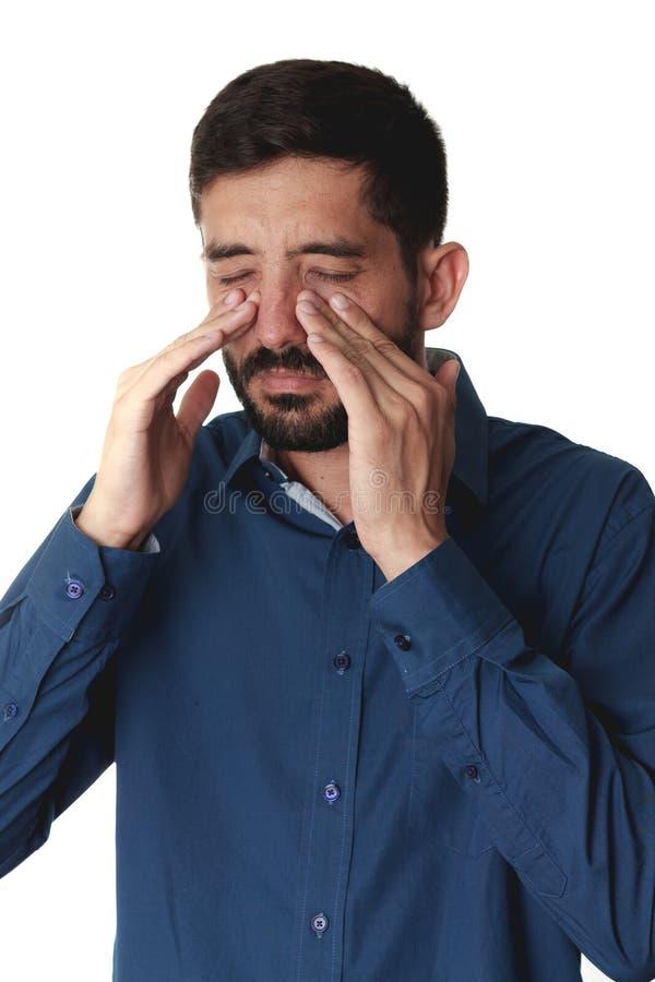 Droevige mens die zijn neus houden omdat sinuspijn stock afbeeldingen