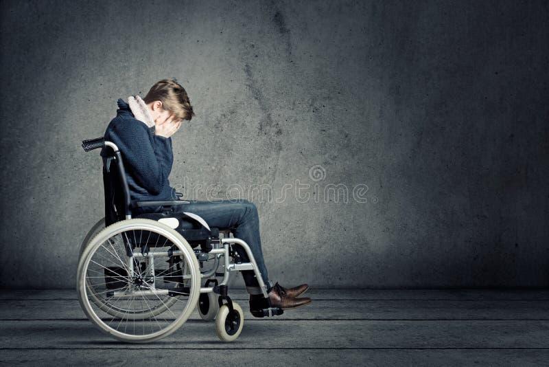 Droevige mens in rolstoel stock fotografie