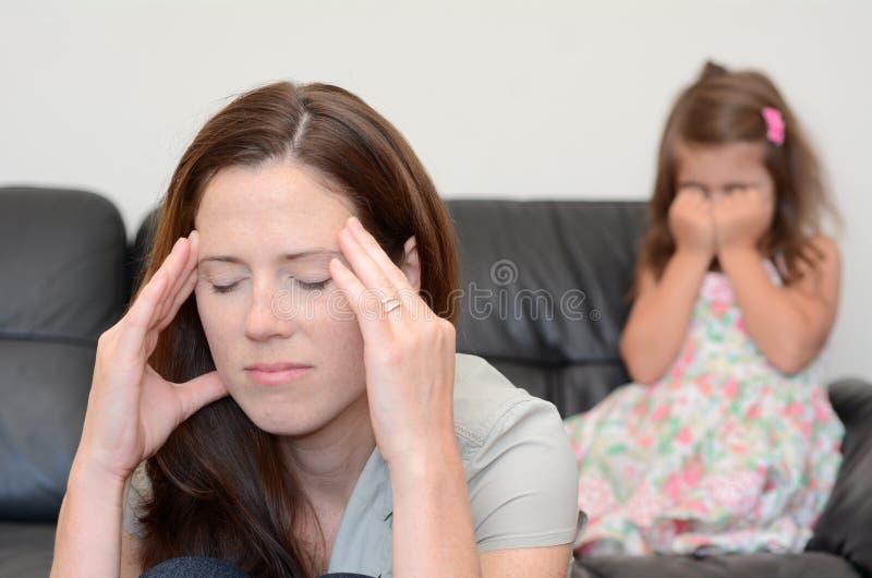 Droevige moeder en dochter royalty-vrije stock afbeelding