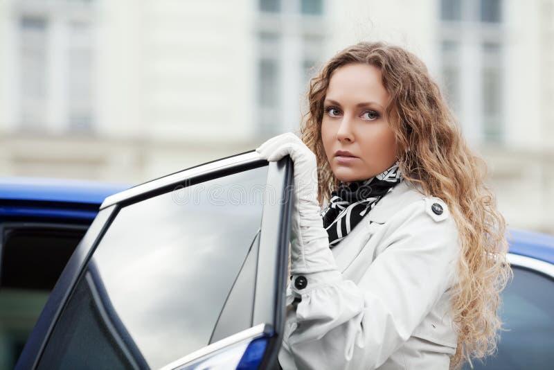 Droevige mooie vrouw bij de auto royalty-vrije stock afbeelding
