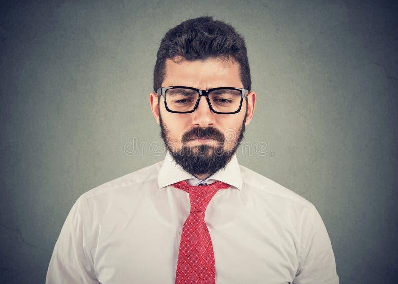 Droevige nadenkende ongerust gemaakte jonge zakenman stock afbeelding