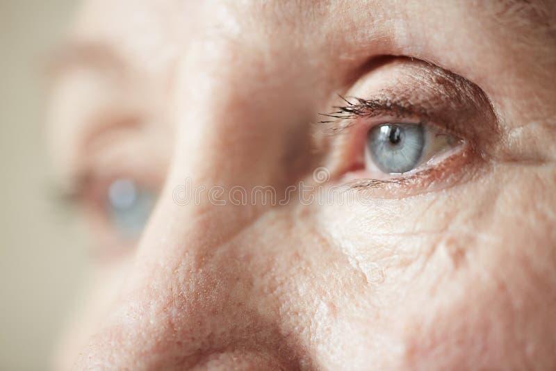 Droevige ogen van bejaarde royalty-vrije stock foto