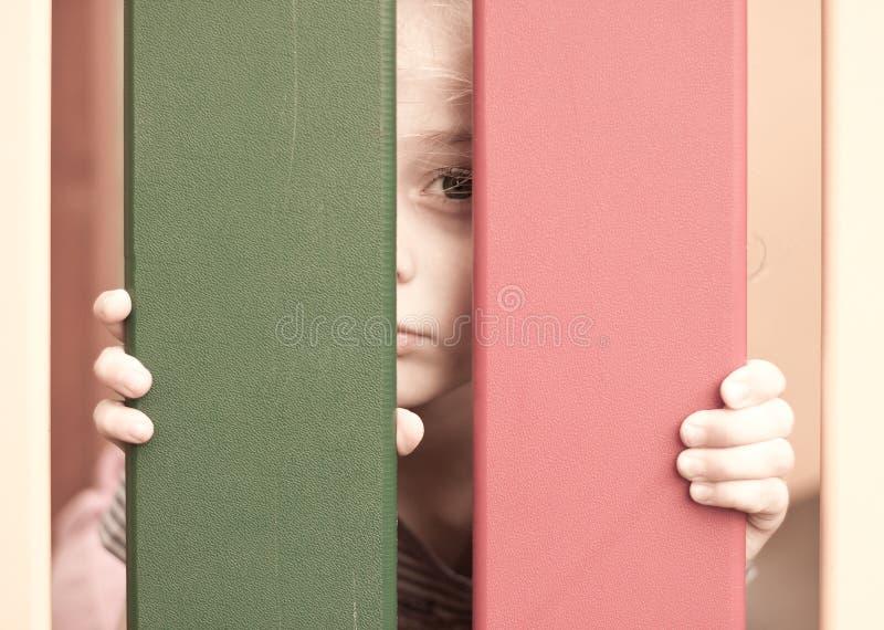 Droevige ongelukkige vijf van het oude kindjaar meisje royalty-vrije stock afbeeldingen