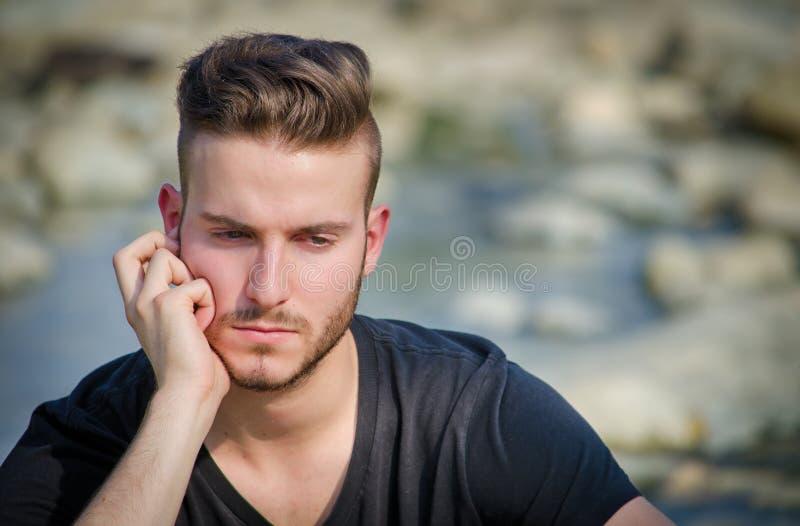 Droevige of ongerust gemaakte jonge mens in openlucht royalty-vrije stock afbeeldingen