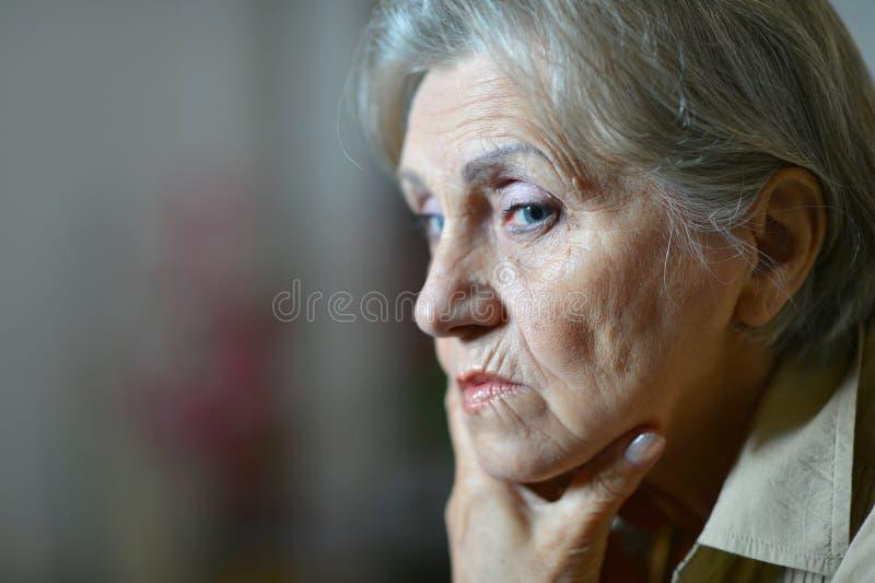 Droevige oude vrouw royalty-vrije stock afbeelding