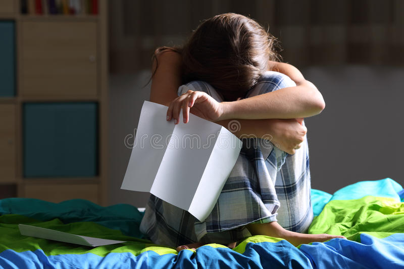 Droevige tiener na het lezen van een brief royalty-vrije stock fotografie