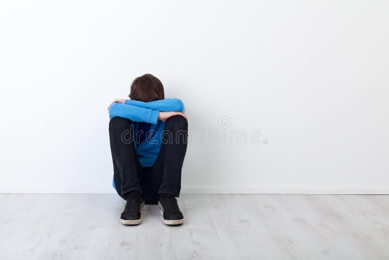 Droevige tienerjongen stock foto