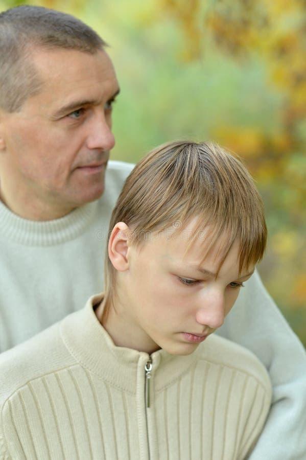 Droevige vader en jongen stock foto