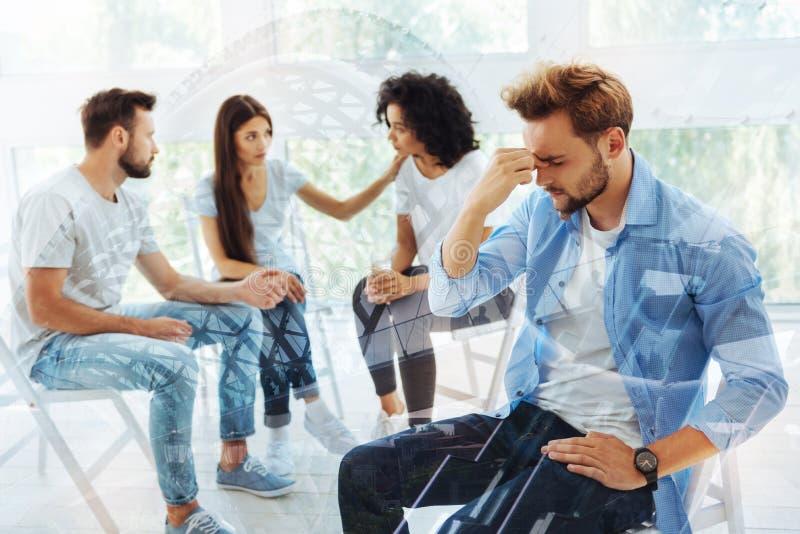 Droevige vrienden die bespreking met psycholoog hebben stock fotografie
