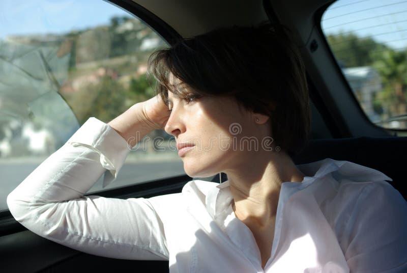 Droevige vrouw in auto royalty-vrije stock fotografie