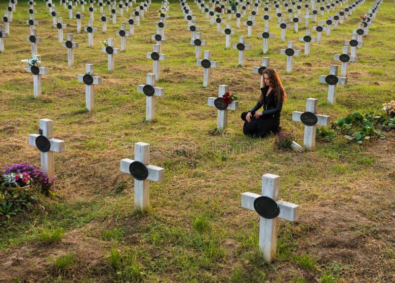 Droevige vrouw in de begraafplaats royalty-vrije stock foto