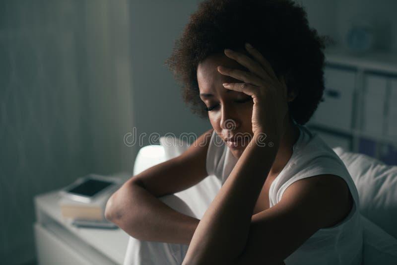 Droevige vrouw die aan slapeloosheid lijden stock afbeeldingen