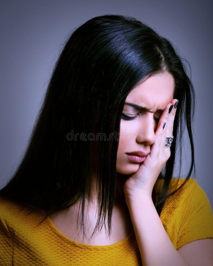 Droevige vrouw die een migraine hebben - depressieconcept stock afbeelding