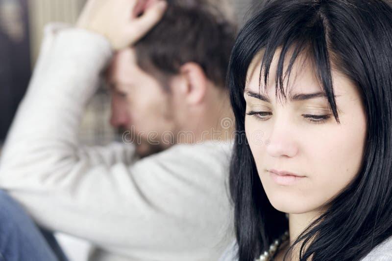 Droevige vrouw die geen verstoorde echtgenoot kijken stock fotografie