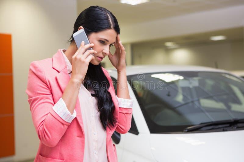 Droevige vrouw die iemand met haar mobiele telefoon roepen royalty-vrije stock afbeeldingen