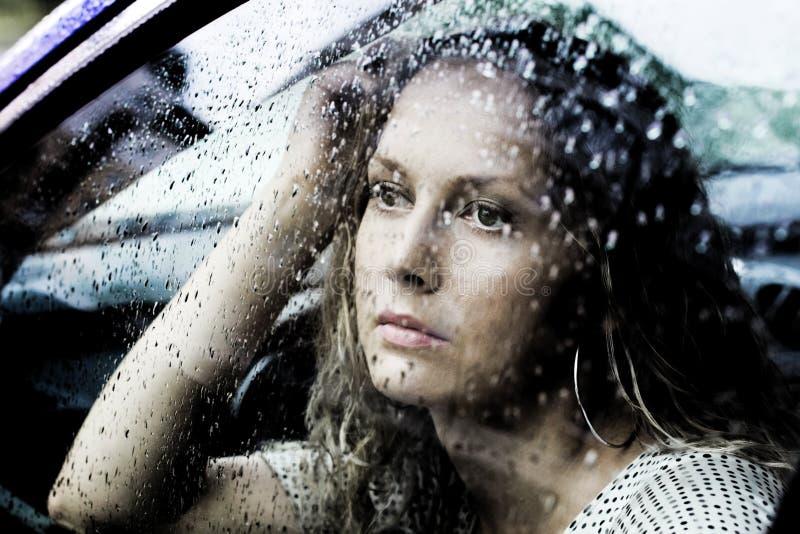 Droevige vrouw en regen. royalty-vrije stock fotografie