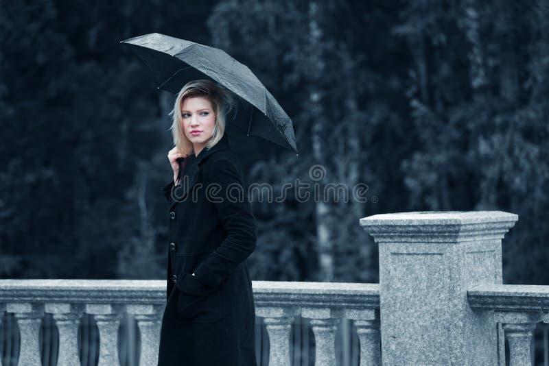 Droevige vrouw met paraplu royalty-vrije stock foto's