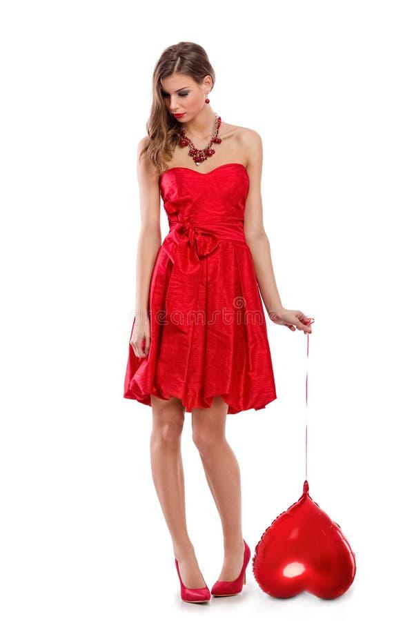 Droevige vrouw met rood valentijnskaarthart royalty-vrije stock foto's