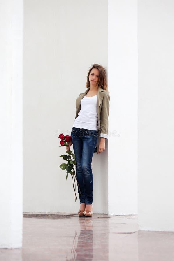 Droevige vrouw met rozen royalty-vrije stock afbeelding