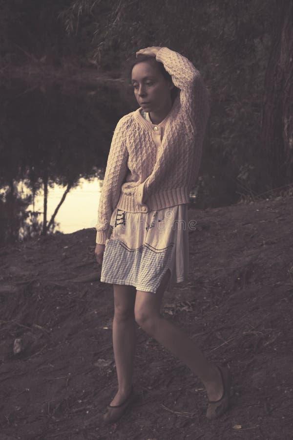 Droevige vrouw op het meer royalty-vrije stock foto