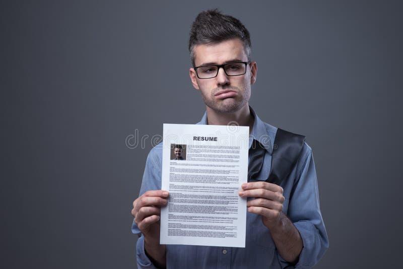 Droevige zakenman die een baan zoeken stock afbeelding