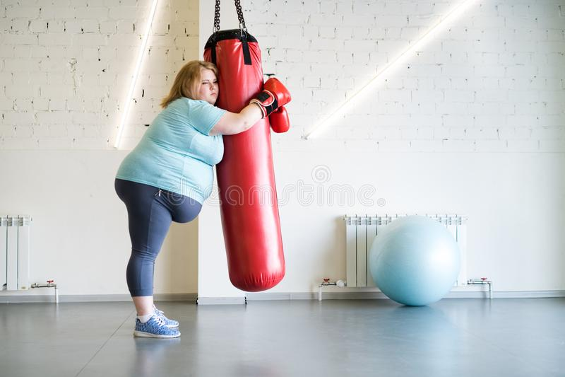 Droevige Zwaarlijvige Vrouw Opleiding in Gymnastiek stock afbeeldingen