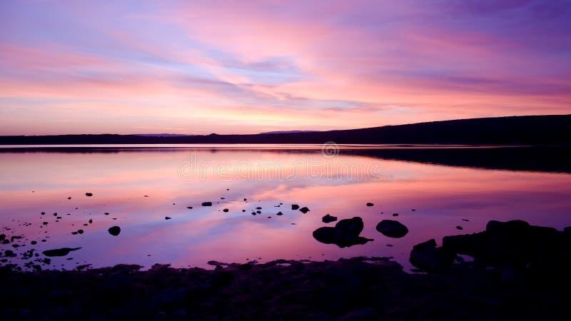drogą morską purpurową zachód słońca nad wodą obrazy royalty free