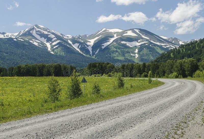 Download Droga śnieżne góry obraz stock. Obraz złożonej z słońce - 57653047