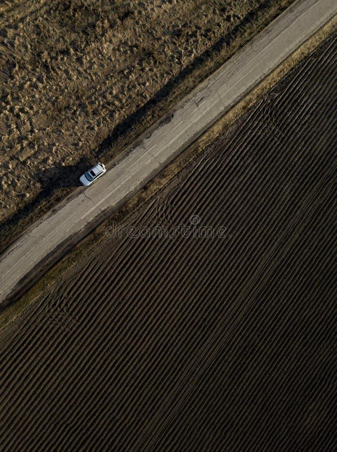 Droga dla samochodów widok z góry na pole i zielona natura fotografia stock