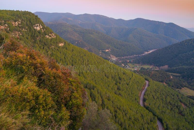 Droga górska prowadząca do pnk sky obraz royalty free