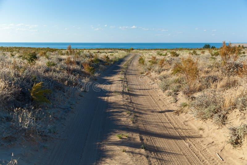 Droga gruntowa morze w pustyni obrazy stock