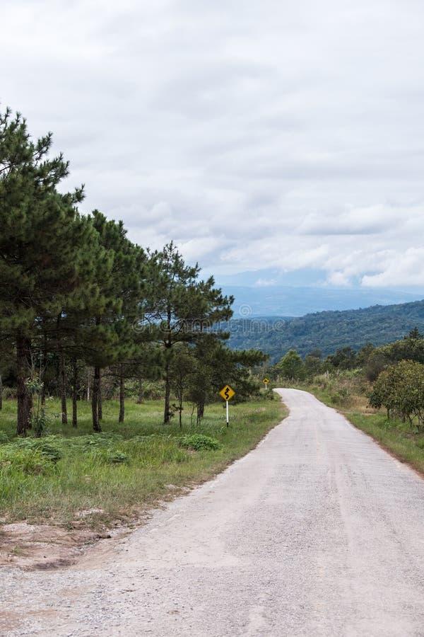 Droga gruntowa wzdłuż wzgórza z ruchu drogowego znakiem obraz stock