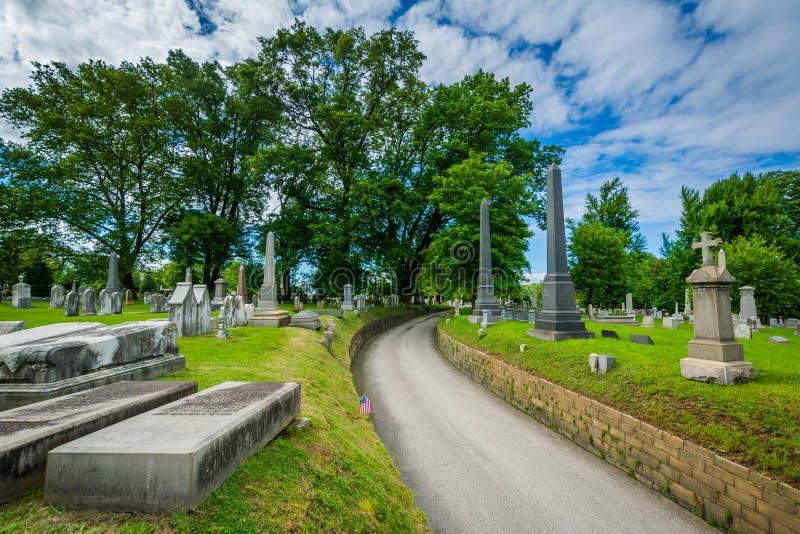 Droga i grób przy Laurowym wzgórze cmentarzem w Filadelfia, Pennsylwania zdjęcia stock
