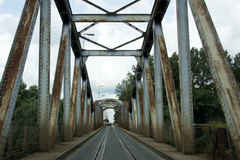 Droga i linia kolejowa łączący obraz stock