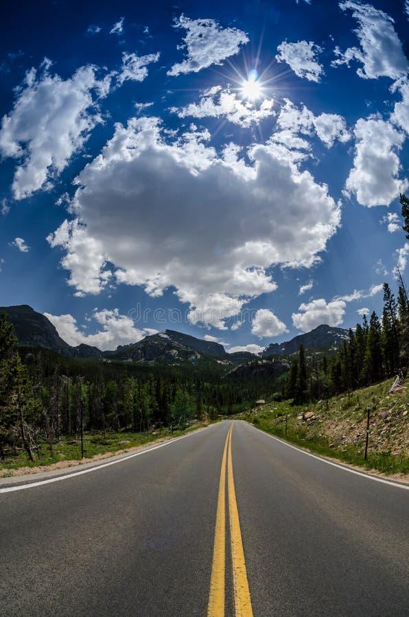 Droga i niebo w Skalistej góry parku narodowym zdjęcia royalty free