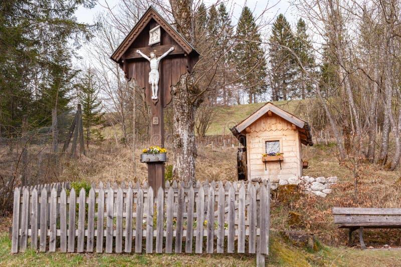 Droga krzyżowa z ogrodem stojącym na górze obrazy stock