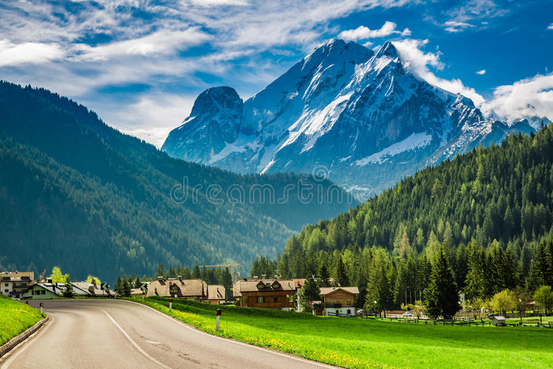 Droga mała wioska w góra dolomitach, Włochy zdjęcia stock