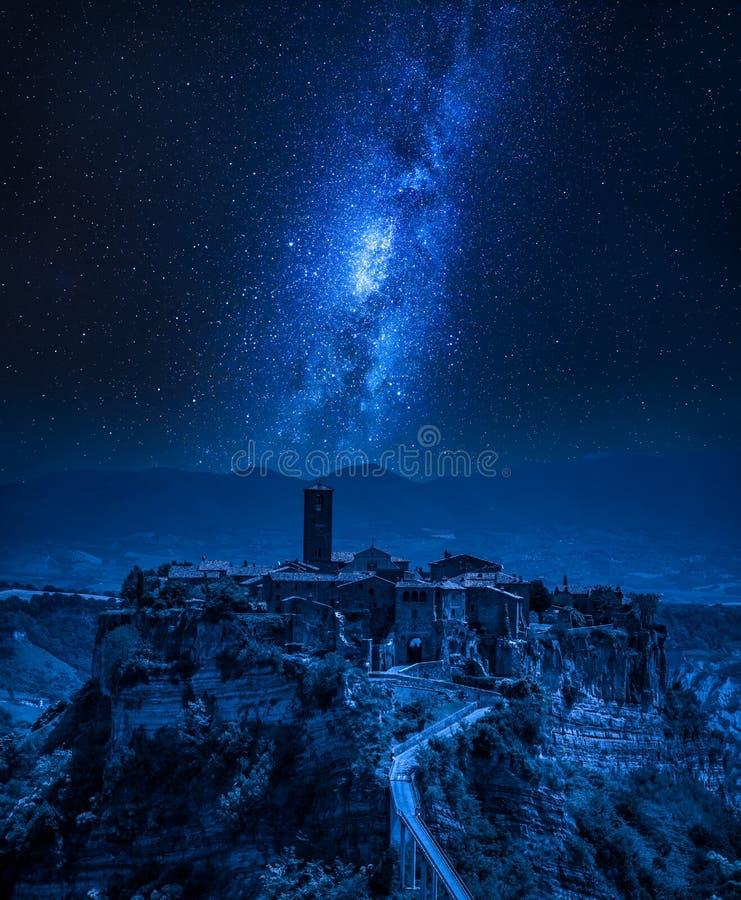 Droga Mleczna nad starym miasteczkiem Bagnoregio, Włochy obrazy stock