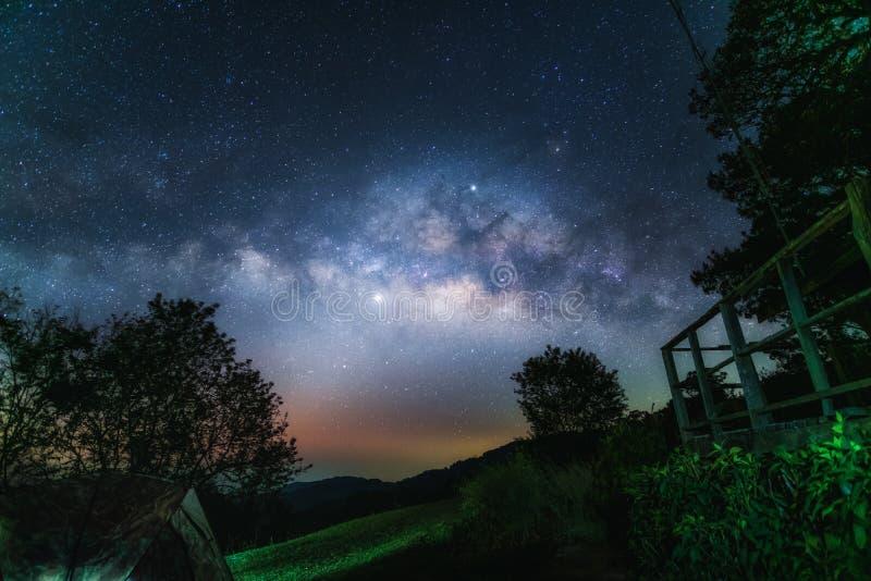 Droga Mleczna przy nocą od Doi Mae Taman obraz stock