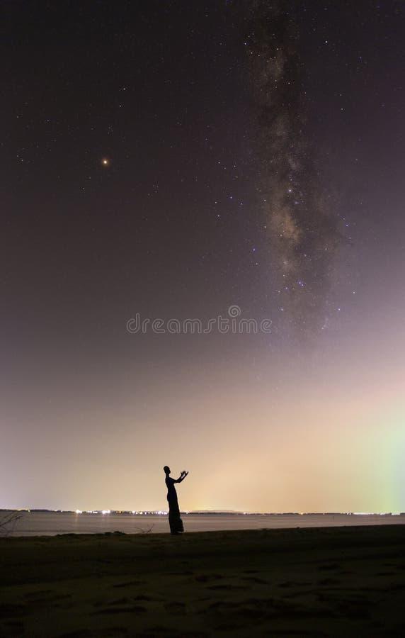 Droga Mleczna w ciemnym niebie na morzu zdjęcia stock