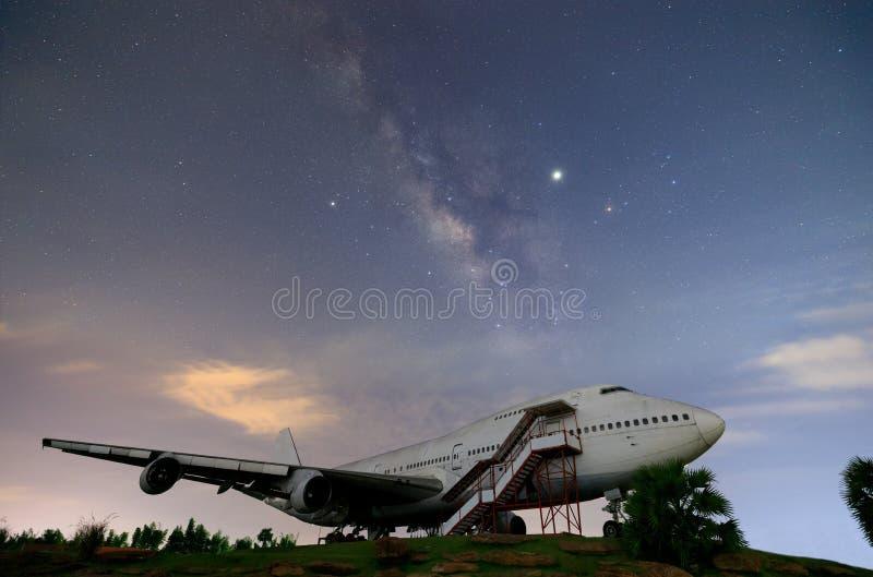 Droga Mleczna wzrasta w górę przecinającego nocnego nieba nad starym samolotem zdjęcia royalty free