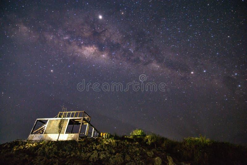 Droga Mleczna z budynkiem i trawą zdjęcie stock