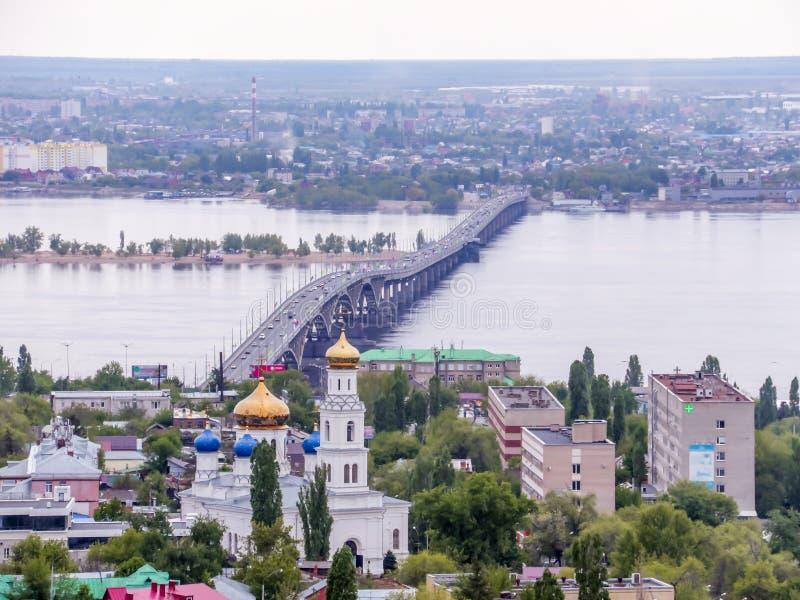 Droga most przez Volga rzekę między miastami Saratov i Engels Miasta ` s linia horyzontu założenia katedralnego kościół kogalym R fotografia royalty free