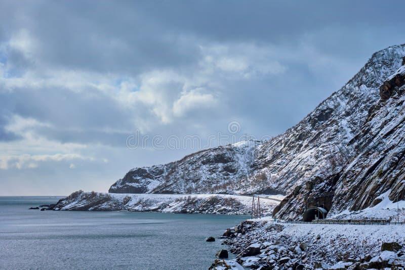 Droga na wybrzeżu morze w Norwegia w zimie obraz royalty free
