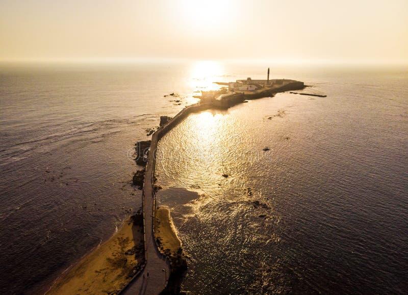 Droga nad morzem do zamku San Sebastian z Cádiz, niedaleko La Caleta Beach, Andaluzja, Hiszpania zdjęcie royalty free