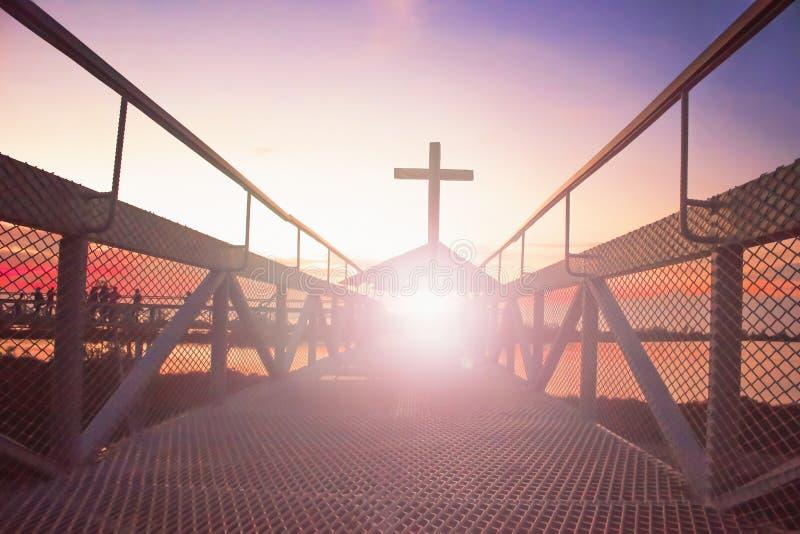 Droga niebiański conceptï ¼ šsilhouette chrześcijanina krzyż przy bridżowym i pomarańczowym niebem z oświetleniem fotografia stock