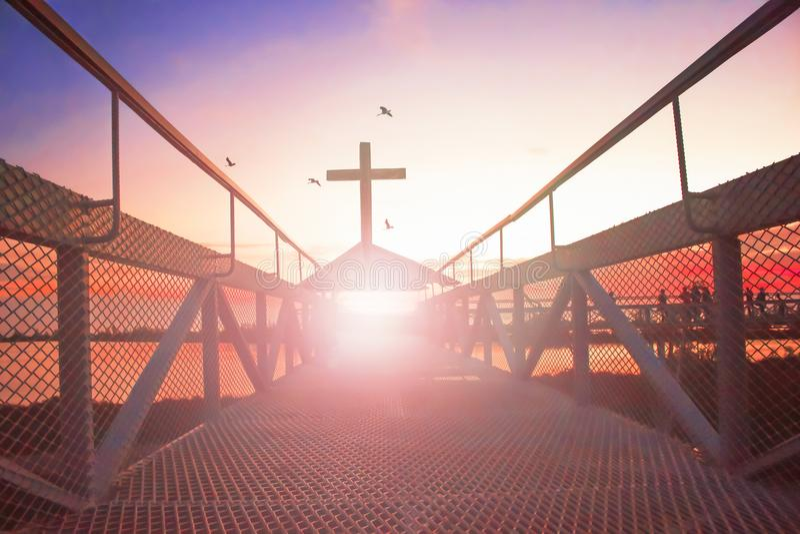 Droga niebiański conceptï ¼ šsilhouette chrześcijanina krzyż przy bridżowym i pomarańczowym niebem z oświetleniem obraz stock