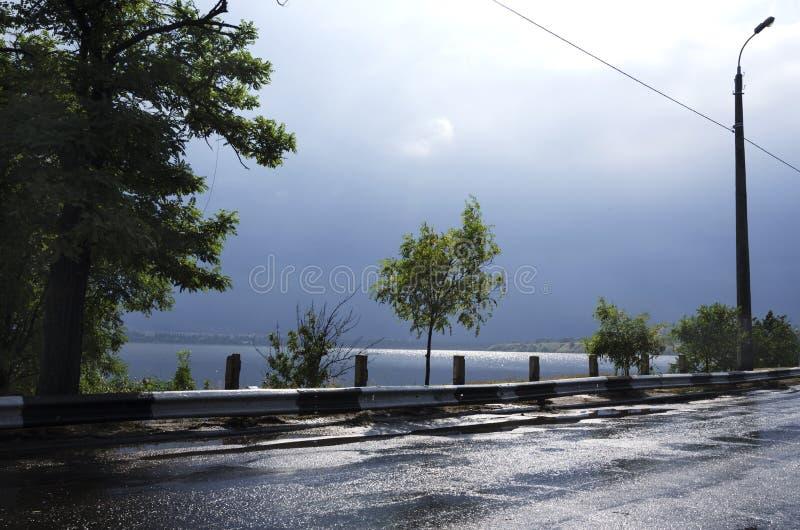 Droga po deszczu blisko rzeki Złe warunki pogodowe przed burzą obrazy stock